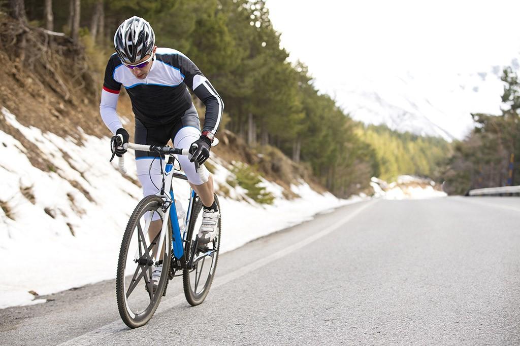 Rennradfahrer bergauf